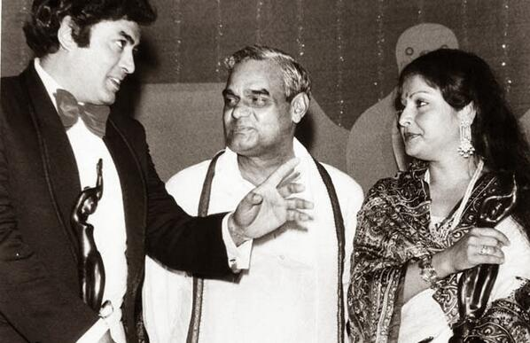sanjeev kumar-Atal Bihari Vajpayee-Rakhee Gulzar-Rakhi-Rare Pic-Interview-Photo-Old-Vintage-Bollywoodirect