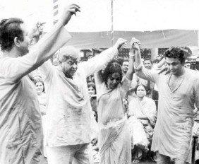 Holi At RK Studio-Raj Kapoor-Holi Celebration-Bollywood-Holi-Actor-Hero-Amitabh-Bachchan-Rekha-Rang-Barse-Heriones-Actress-Playing Holi