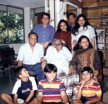 Ashok Kumar on his 90th birthday with his family _Bollywoodirect_Dada Muni