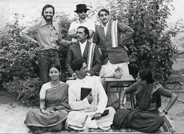 Rare photo of director Shyam Benegal with actors Amrish Puri, Anant Nag, Mohan Agashe, Shabana Azmi, Naseeruddin Shah and Smita Patil on the sets of Nishant from 1975-Bollywoodirect