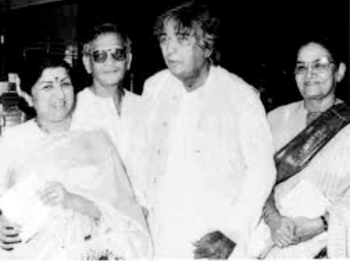 Rare Photo-Vintage-Old-Pics-Kaifi Azmi-Lata Mangeshkar-Bollywoodirect-Daughter-Wife-family-Poetry-Poem