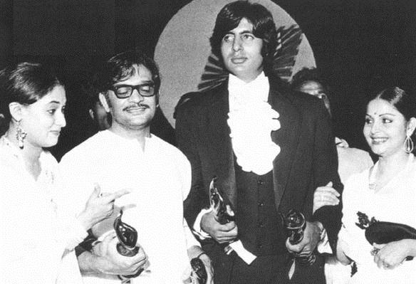 Gulzar- Rare Photo-Vintage-Old-Pics-Bollywoodirect-Daughter-Wife-family-Poetry-Poem-Jaya Bachchan-Amitabh Bahchan-Rakhee