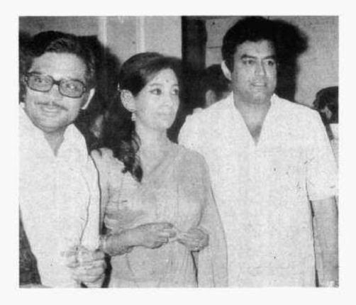 Rare Photo-Sanjeev Kumar-Vintage-Old-Pics-Bollywoodirect-Daughter-Wife-family-Poetry-Poem